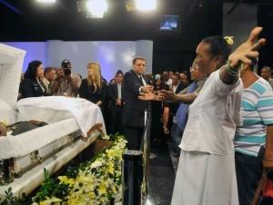 Familiares, amigos y el presidente de la República, Leonel Fernández, dieron el último adiós al empresario y locutor Rafael Corporán de los Santos en el cementerio Puerta del Cielo.