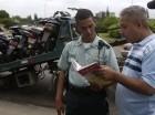 Este señor explica a un agente de AMET que lo habia multado, algunas especificaciones de la Ley de Tránsito que a parecer el agente desconocía.