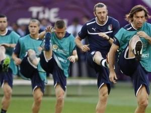 Andrea Pirlo, a la derecha, de Italia, entrena con sus compañeros el sábado, 30 de junio del 2012, la víspera de la final de la Eurocopa contra España