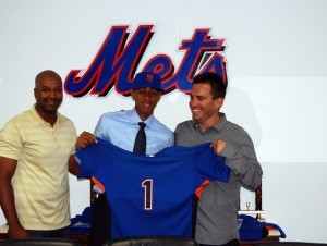 Amed Rosario al momento de entregarle la chaqueta de los Mets.