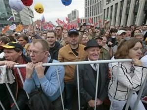 Partidarios de la oposición escuchan a los oradores durante una manifestación de protesta en Moscú.