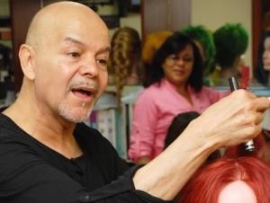 Manuel Rodríguez mientras hace uno de los peinados para la temporada.