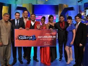 """Roberto Ángel Salcedo, presentador de """"Más Roberto"""", entrega el premio de un millón de pesos a Bladimir de los Santos (chaqueta roja), junto a miembros del jurado."""