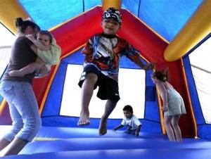 Un grupo de niños juega en un castillo inflable en Vidor, Texas.