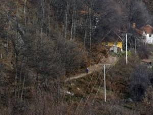 Una mujer recorre un camino en la villa de Zarozje, Serbia. Los habitantes de este poblado aseguran que el fantasma de un vampiro ronda Zarozje mientras las autoridades dijeron a los habitantes que tener estacas y ajos a la mano sólo alimentará el temor
