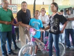 El diputado de ultramar Rubén Luna entrega juguetes a niños en Santiago.