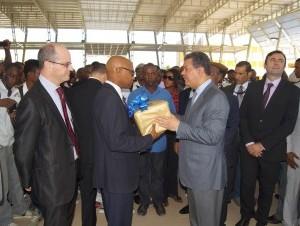 Leonel entrega libros a universidad en Haití.
