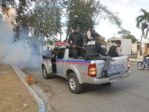 """Agentes policiales dispersan con bombas multitud asistía a entierro de """"Gilbert""""."""