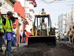 Obreros comenzaron las labores de asfaltado ayer en la calle Palo Hincado, donde el ministro de Obras Públicas reveló que la inversión sería de unos 60 millones de pesos.