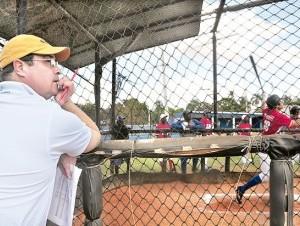 Dan Duquette observa los talentos de la academia de béisbol Rafael Arias Goodman en San Pedro de Macorís.