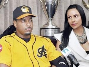 Manny Ramírez y su esposa Juliana en las oficinas de las Águilas.