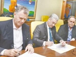 El ministro de Obras Públicas, Gonzalo Castillo, y Riccardo Dina Vergare, representante de DOVICON, firman el acuerdo.