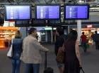 Vuelos. Pasajeros revisan la información de vuelos en el aeropuerto de Marseille-Provence en Marignane, al sur de Francia.