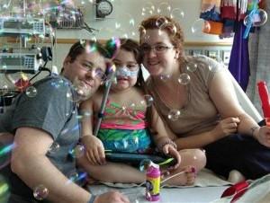 Trasplante. Sarah Murnaghan en el Hospital Infantil de Filadelfia junto con su padre Fran y su madre Janet.