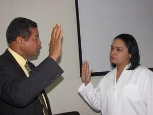 El doctor Lucas Gómez, juramenta a Joselín Gómez, como nueva directora de la Maternidad San Lorenzo de Los Mina.