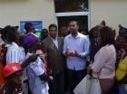 Ministro de Extranjería haitiano, Francois Guilloume II, reunido con nacionales haitianos.