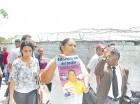 Familiares y allegados piden justicia en la Fiscalía de Santo Domingo.