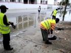 Brigadas de Obras Públicas, que desde el viernes se integraron a los planes de contingencia del COE, limpian el desagüe de la calle Doctor Defilló en el sector Los Prados, del Distrito Nacional.