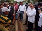 Luego de dar el pésame a la familia Camacho, Danilo Medina visitó la comunidad Los Tres Charcos en Oviedo.