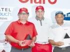 Walter Schall, centro, premia a Miguel Feris, izquierda, y a Juan Campusano.