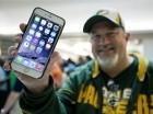 En esta foto del 19 de septiembre de 2014, John Mihalkovic, residente de Virginia Beach, Virginia, muestra su recién comprado iPhone 6 Plus afuera de una tienda de Apple en el Lynnhaven Mall en Virginia Beach.