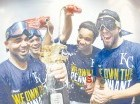 Jugadores de los Reales celebran la obtención del título de la Liga Americana.