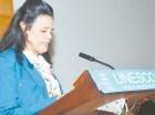 La embajadora Laura Faxas mientras pronuncia su discurso en la UNESCO.