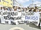 Cientos de haitianos protestaron frente a la embajada de su país para exigir que el presidente Michel Martelly facilite la entrega exonerada de actas de nacimiento, pasaportes y cédulas a cañeros que laboraron en tierras dominicanas.