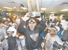Bruce Bochy festeja con su tercera corona de campeón en los últimos cinco años.