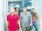 Isidro González se entrega a la Policía.