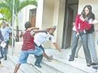 El haitiano en forma violenta se enfrascó en un pleito con el vigilante.