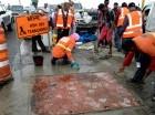 Brigadas de obreros repararon el boquete denunciado el sábado por elCaribe.