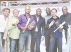 David Ortiz (centro) con los ganadores del primer lugar del Clásico de Celebridades.