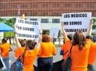 Los médicos protestaron frente al Congreso Nacional.