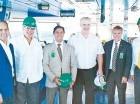 Edwin de los Santos, Félix M. García, Bob Satawake, Ian Hodge, James Brewster y Manuel Estrella observaron el funcionamiento de la moderna generadora.