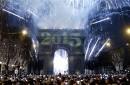 Asistentes a la fiesta de Año Nuevo toman fotografías de los fuegos artificiales para recibir 2015, en los Campos Elíseos, en París, el 1 de enero de 2015.