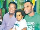 Pedro Martínez junto a Robinson Canó y su hijo en el camerino verde.