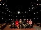 """El escritor peruano ganador del Premio Nobel Mario Vargas Llosa, tercero de izquierda a derecha, presenta su nueva obra teatral, """"Los cuentos de la peste"""", en una conferencia de prensa el jueves 22 de enero del 2014 en el Teatro Español en Madrid."""