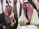 El recién coronado rey Salman de Arabia Saudí, derecha, conversa con el emir de Kuwait Sabah Al-Ahmad Al-Jaber Al-Sabah durante el funeral del rey Abdulá, medio hermano de Salman.