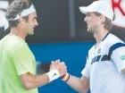 Federer (izq.) felicita a Andreas Seppi.=
