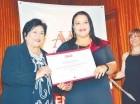 Ligia Amada Melo entrega el diploma de máster en Dirección de Negocios a Miosotis Peña Valenzuela.