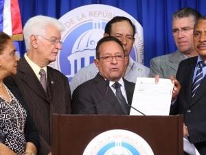 El ministro de Agricultura, Ángel Estévez, al entregar el cheque.