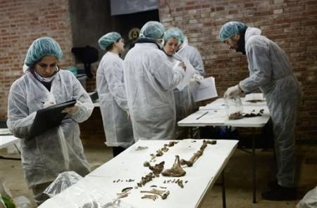 Arqueólogos y antropólogos trabajan para identificar tres tumbas en la cripta del convento de Trinitarias en Madrid, en España, donde se cree está la tumba de Miguel de Cervantes.