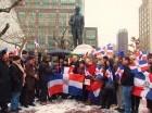 Dominicanos depositan ofrendas florales ante la estatua de Juan Pablo Duarte en NY.