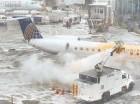 Un trabajador rocía anticongelante sobre un avión en el Aeropuerto LaGuardia.