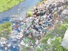 Las márgenes del río Yubazo se han convertido en un depósito de basura por los carreteros y desaprensivos.