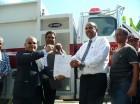 Alexis Lantigua, viceministro Administrativo de la Presidencia en Políticas Sociales, entrega a Andrés Ruíz, alcalde de Polo, las llaves del camión contra incendio donado al Cuerpo de Bomberos de ese municipio.