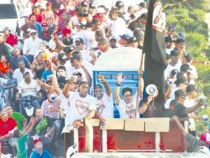El desfile concluyó con una fiesta en el Julián Javier con los Hermanos Rosario.