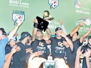 Wilson Betemit sostiene la gran copa conquistada por los Gigantes el pasado domingo ante las Estrellas.