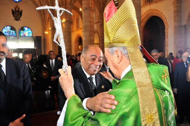 El cardenal Nicolás de Jesús López Rodríguez saluda a Milton Ray Guevara, presidente del Tribunal Constitucional, en la misa en la Catedral Primada de América con motivo del tercer aniversario de la alta corte.